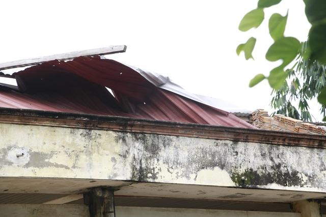 Mái tôn của trường bị tốc mái do trận lốc xoáy xảy ra vào tháng 5/2017