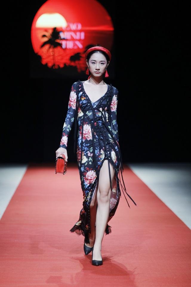 Trong bộ sưu tập lần này, NTK Cao Minh Tiến lấy ý tưởng từ chiếc áo yếm và khăn vành tuy nhiên đã có sự biến tấu để phù hợp với xu hướng hiện đại.
