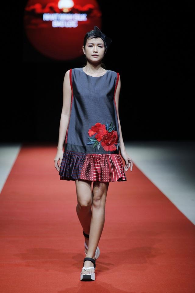 Váy xếp ly, đầm xuông, quần ống rộng… đều được Nguyễn Thúy mang đến và thể hiện đầy cá tính trong bộ sưu tập lần này của mình.