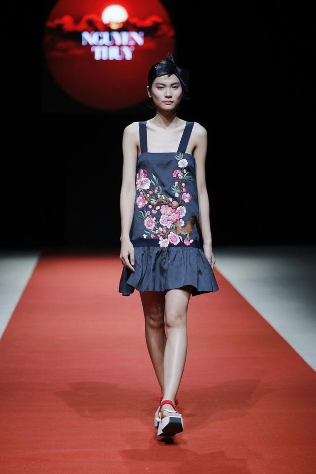 Hai yếu tố luôn được đề cao trong các thiết kế của Nguyễn Thúy là đường cắt may tinh tế và chất liệu sang trọng. Thêm vào đó sự khéo léo trong cách tạo khối cho trang phục cũng giúp nữ thiết kế nêu bật được ngôn ngữ thời trang cá nhân.