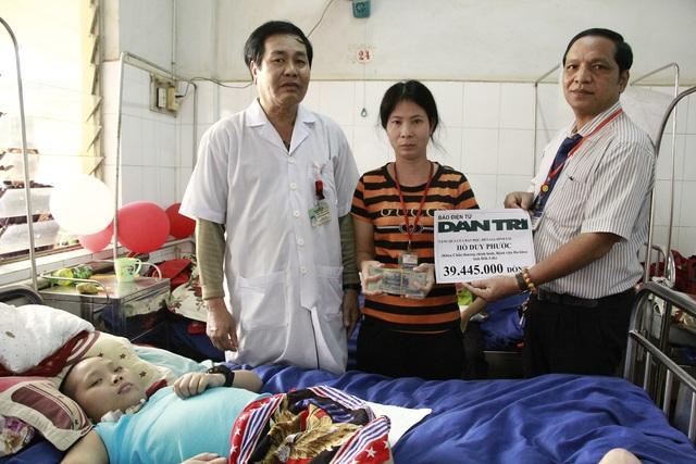 Lãnh đạo Bệnh viện Đa khoa tỉnh Đắk Lắk thay mặt bạn đọc báo Dân trí gửi số tiền 39.445.000 đồng đến gia đình cháu Hồ Duy Phước