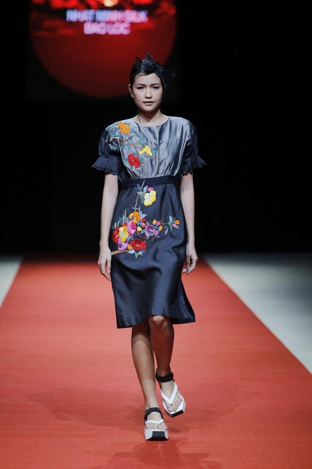 Điểm nhấn của các thiết kế là những họa tiết thêu hoa rực rỡ sắc màu được xử lý tinh tế, cầu kỳ.