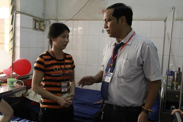 Bác sĩ Y Bliu Arul – Phó Giám đốc Bệnh viện Đa khoa tỉnh Đắk Lắk dặn dò người nhà bệnh nhân sử dụng đúng mục đích số tiền được giúp đỡ