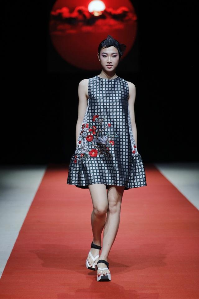 NTK Nguyễn Thúy đã xử lý được tính năng của loại vải dệt hoa văn hai mặt. Trong đó, những trang phục được điểm xuyết những đóa hoa thêu dệt rất cầu kỳ, tinh xảo như tạo nên một mùa xuân đầy màu sắc rực rỡ.