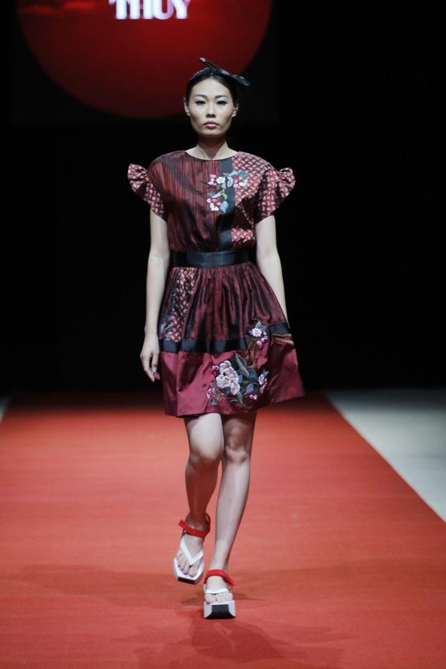 Phần béo nhún ở tay và xếp ly ở thân váy được thiết kế khá tinh tế tạo nên sự nữ tính trong trang phục.