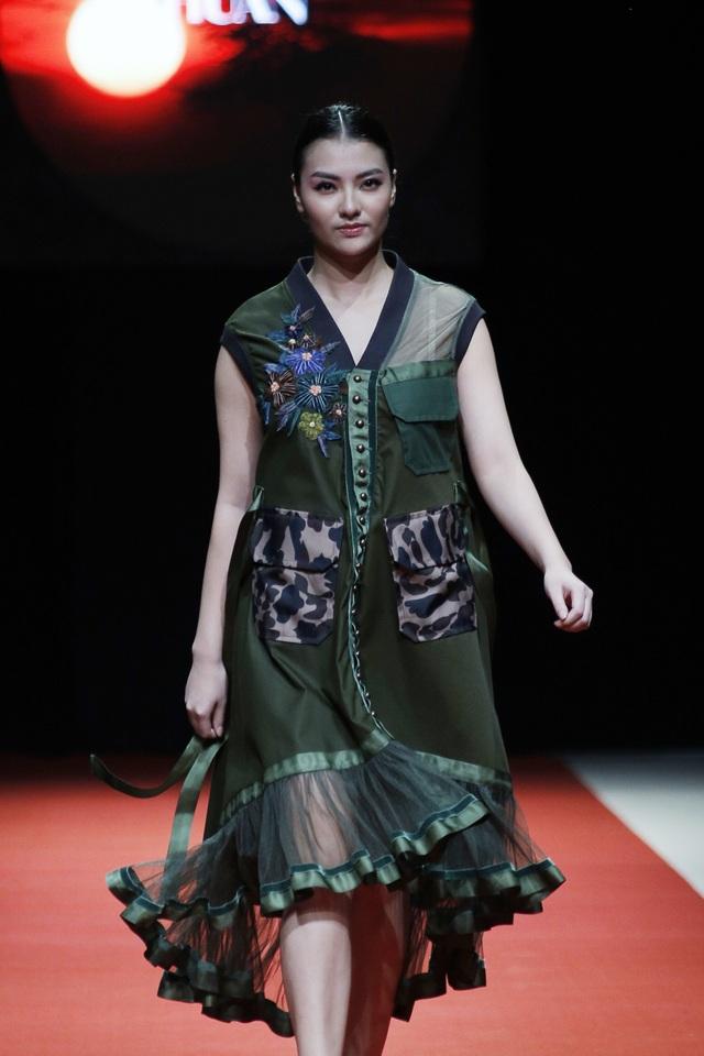 """Trung thành với phong cách Quân đội, Công Huân đã tạo ra sự uyển chuyển và nữ tính với loại vải rất """"nam tính"""". Những hoa văn thêu tay bằng sợi ruban nhung đã kết dính những sắc màu là thủ pháp mang tính đột phá"""