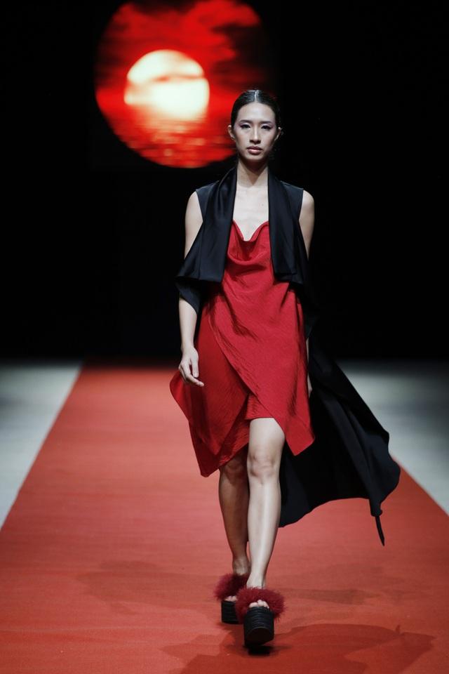 Điểm nhấn của các trang phục trong bộ sưu tập của Huyền Nhung Nguyễn là những đường cắt táo bạo, bất đối xứng, tôn vinh những đường cong quyến rũ của người phụ nữ.
