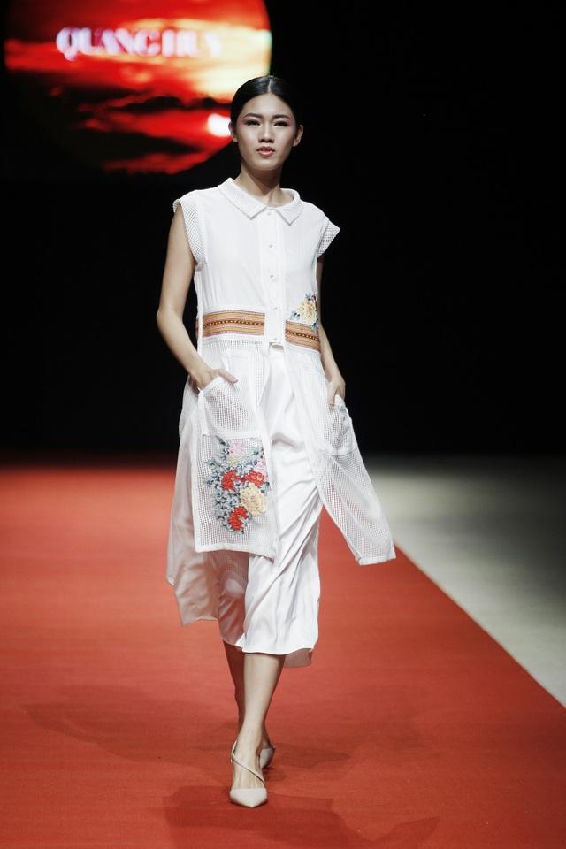 Yêu mến chất liệu truyền thống, nhà thiết kế Quang Huy kể câu chuyện Tây Bắc qua bộ sưu tập kết hợp xu hướng chesmiss dress với đường nét áo dài sử dụng nguyên liệu chủ đạo là lưới, ren kết hợp với thổ cẩm.