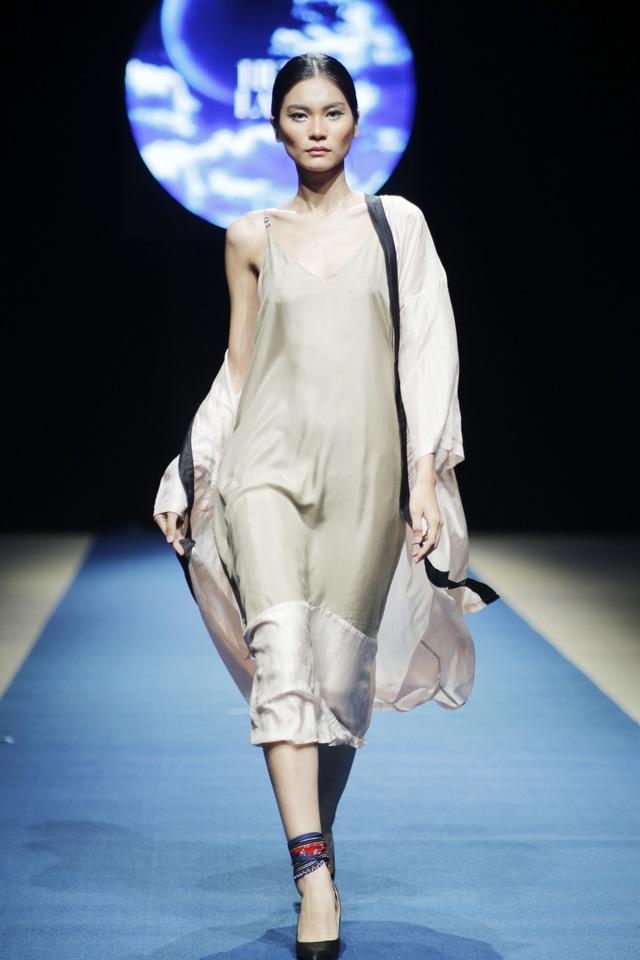 Các thiết kế của Hữu LaLa chuộng những tông màu đơn sắc song vẫn toát lên sự gợi cảm, quyến rũ cho trang phục.