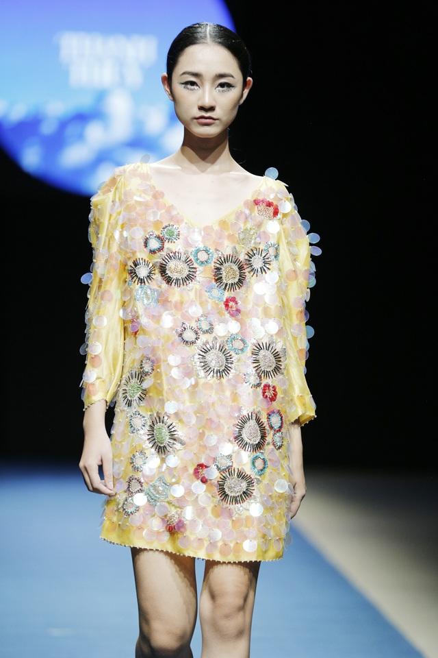 Sử dụng chất liệu lụa Bảo Lộc, các thiết kế của Thanh Thúy thế hiện sự phá cách, phóng khoáng của người phụ nữ.