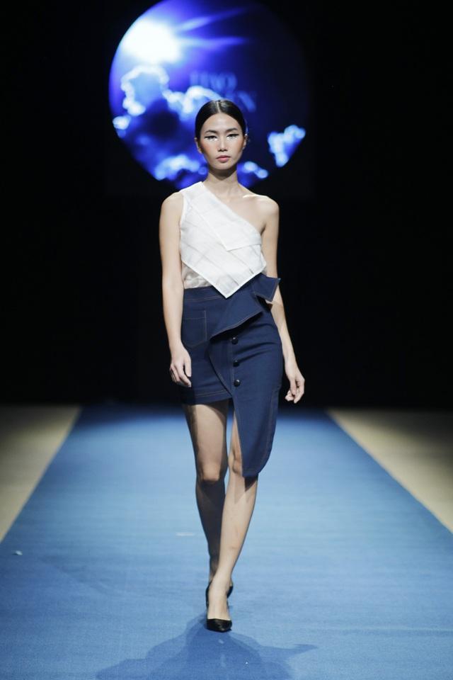 Với chất liệu đũi Nam Cao kết hợp với Jeans, Hảo Nguyễn tạo nên sự kết hợp mang tính đối lập mà vẫn hài hòa.