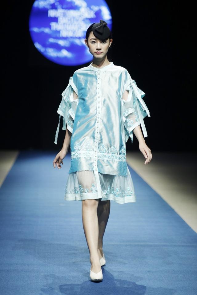 Có thể nói, những mẫu thiết kế xuân hè của Minh Hạnh luôn mang một nét riêng, từ cách kết hợp chất liệu cho đến kiểu dáng.