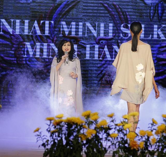 Nữ nghệ sĩ trình bày trong phần trình diễn bộ sưu tập của NTK Minh Hạnh.