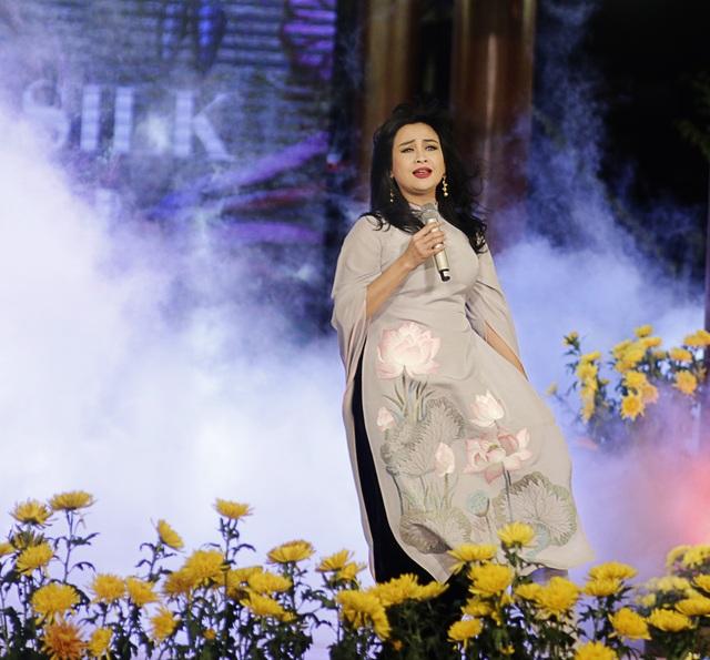 Diva Thanh Lam đẹp lung linh trong tà áo dài làm từ lụa Bảo Lộc.