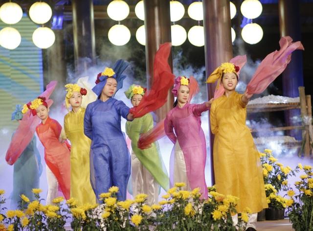 Những sắc màu sống động của các bộ trang phục áo dài làm từ lụa đã làm cho đêm diễn lung linh.