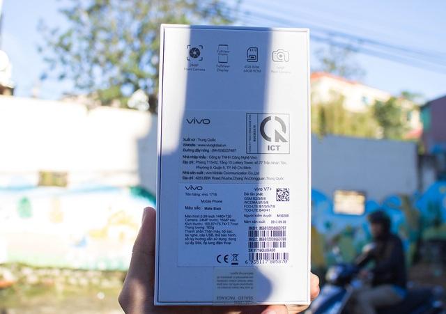 Mặt sau của vỏ hộp ghi đầy đủ các thông số cơ bản, chẳng hạng camera 24 MP, màn hình Fullview, 4 GB RAM, camera chính 16 MP.