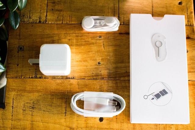 Bên trong hộp, Vivo tích hợp các phụ kiện tương tự các thế hệ trước đây, gồm cóc sạc, cáp sạc micro-USB, tai nghe, sách hướng dẫn và cây chọt SIM.