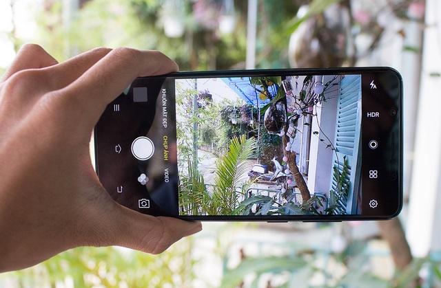 Hãng cũng cho biết trước đó rằng, việc chơi game cũng cải thiện đáng kể nhờ vào tỉ lệ màn hình chiếm 84.4% so với thân máy và viền bezel chỉ dày 2.15mm. Vivo cũng trang bị cế độ tránh làm phiền khi chơi game (Game Mode) cho phép chặn cuộc gọi và tin nhắn đến trong quá trình chơi game.