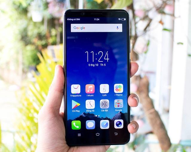 Điểm nhấn của Vivo V7+ đó là màn hình Fullview Display kích thước 5,99 inch có tỉ lệ màn hình 18:9. Đây là sản phẩm tầm trung đầu tiên có tỉ lệ màn hình này được bán ở Việt Nam. Với màn hình mới, giúp tăng thêm 12.5% góc hiển thị so với tỉ lệ truyền thống 16:9. Đồng thời, công nghệ màn hình tràn viền cũng giúp máy nhỏ gọn hơn dù kích thước màn hình lên đến 5.99 inch.