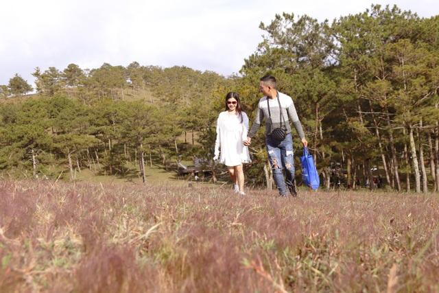 Cặp đôi sải bước thênh thang trên thảm cỏ hồng pha chút tím