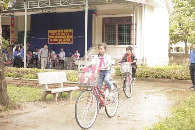 Những chiếc xe đạp dành tặng cho học sinh nghèo hiếu học, động viên các em tiếp tục vươn lên.