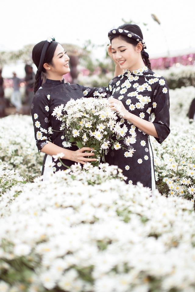 Hoa hậu Ngọc Hân, Á hậu Thanh Tú khoe sắc với cúc họa mi - 2