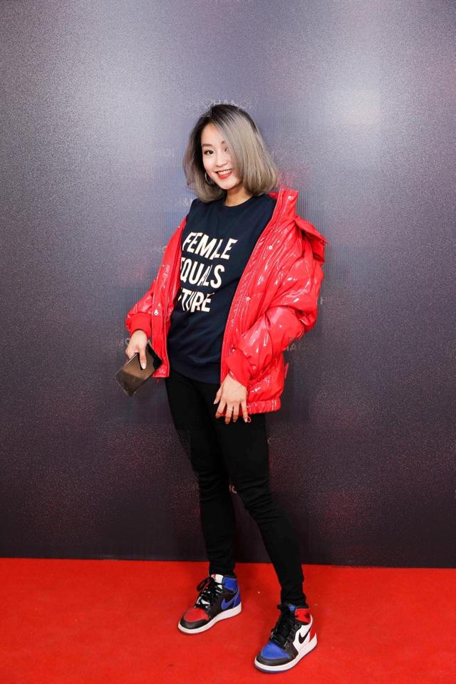 """Bà mẹ đơn thân - hot girl Mi Vân khiến nhiều người """"ghen tị"""" vì phong cách và nhan sắc trẻ trung như gái 18. Sau những đổ vỡ trong hôn nhân, Mi Vân hiện đã sống cuộc sống bình yên bên con gái nhỏ tại Hà Nội. Cô tập dung kinh doanh, chỉ thỉnh thoảng mới xuất hiện trong các sự kiện của làng giải trí."""
