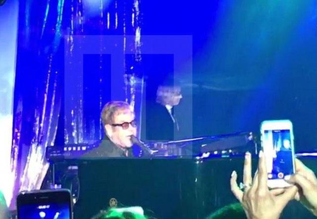 Danh ca Elton John - người không bao giờ hát với cát sê dưới 1 triệu bảng Anh cũng góp mặt trong đám cưới xa hoa này