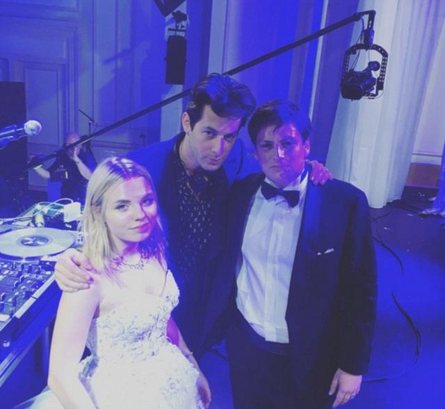 Hôn lễ xa hoa có sự góp mặt của DJ đình đám Mark Ronson (giữa)