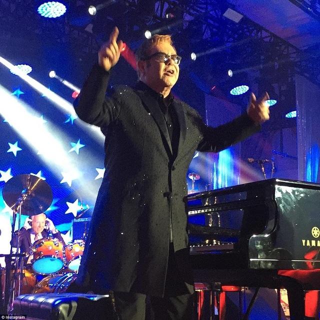 Elton John hào hứng hát tới 12 ca khúc trong đám cưới này