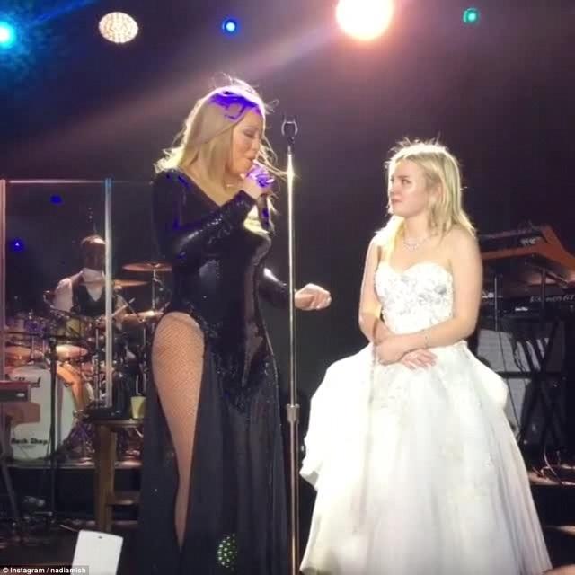 Mariah Carey biểu diễn bản hit We Belong Together dành tặng cô dâu chú rể. Cô dâu tuổi teen diện váy cưới hàng chục nghìn đô la Mỹ của Ralph &Russo