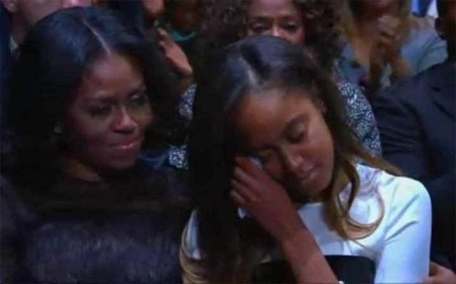 Malia, con gái lớn của ông Obama, xúc động trước bài phát biểu của bố (Ảnh: Telegraph)
