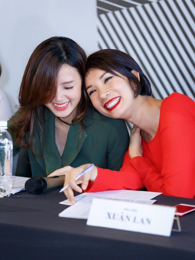 Sau những chia sẻ đồng cảm với Midu, mới đây, nữ người mẫu Xuân Lan và Midu đã cùng nhau xuất hiện trong buổi casting tuyển chọn người mẫu cho show thời trang diễn ra vào tối ngày 16/11 trên phố đi bộ Nguyễn Huệ (TP.HCM) của Midu.