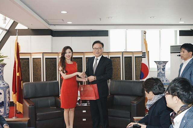 Midu còn đến thăm Đại sứ quán Việt Nam tại Hàn Quốc.