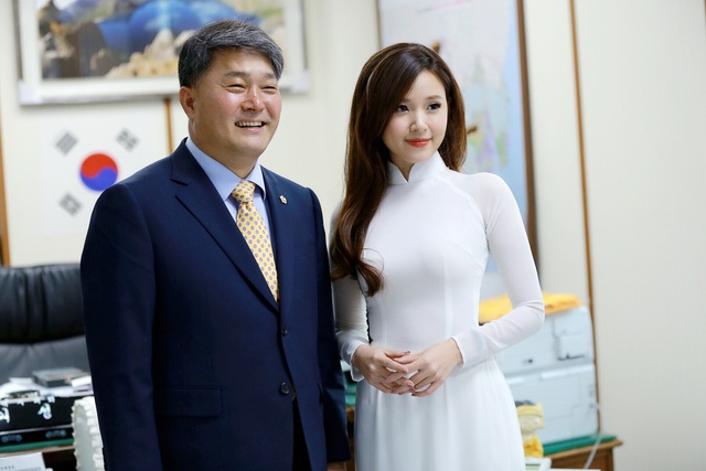 Midu diện áo dài trắng tinh khôi trong chuyến công tác tại Hàn Quốc.
