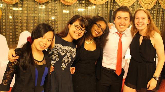 Hoàng Dạ Thi (thứ 2 từ trái sang) giành hàng loạt học bổng tiền tỷ trong năm qua