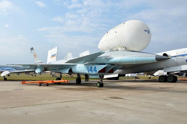 Mẫu máy bay hạng nhẹ MiG-1.44 được sản xuất từ năm 2000 nhưng sẽ không bao giờ được cất cánh trở lại dù được trang bị nhiều tiến bộ kỹ thuật mới. Máy bay này thuộc Dự án Mikyoyan 1.44/1.42 của Liên Xô nhằm đối trọng với các máy bay quân sự hiện đại của Mỹ, trong đó tích hợp nhiều tính năng vượt trội của các chiến đấu cơ thế hệ thứ 5. Sau 2 chuyến bay thử nghiệm, dự án Mikyoyan đã dừng lại, thay thế bằng chương trình PAK FA. (Ảnh: Flickr)