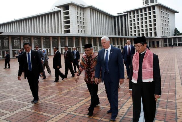 Phó Tổng thống Pence phải tháo giầy khi vào thăm nhà thờ Hồi giáo.