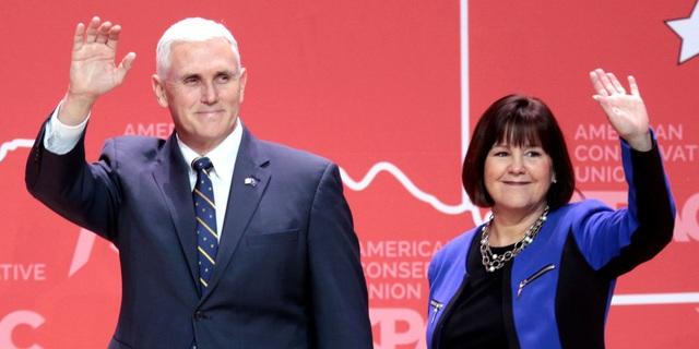 Phó Tổng thống Mike Pence và vợ, bà Karen Pence (Ảnh: Flickr)