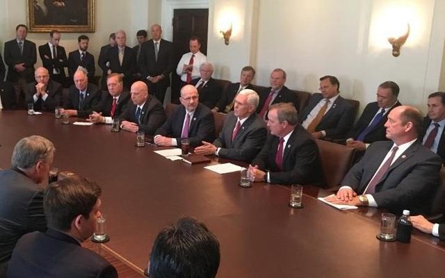 Bức ảnh Phó Tổng thống Mike Pence nhóm họp về vấn đề bảo hiểm thai sản. (Ảnh: Twitter)