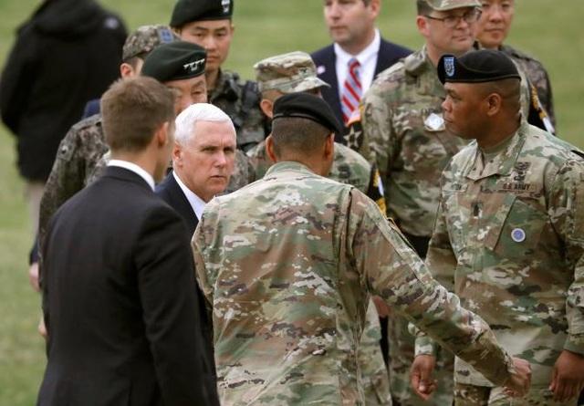 Các binh lính Mỹ đón ông Pence tại Camp Bonifas.