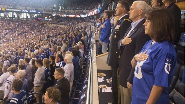 Phó Tổng thống Pence và phu nhân đứng nghe quốc ca khi tham dự trận đấu bầu dục hôm 8/10 (Ảnh: VP/Twitter)