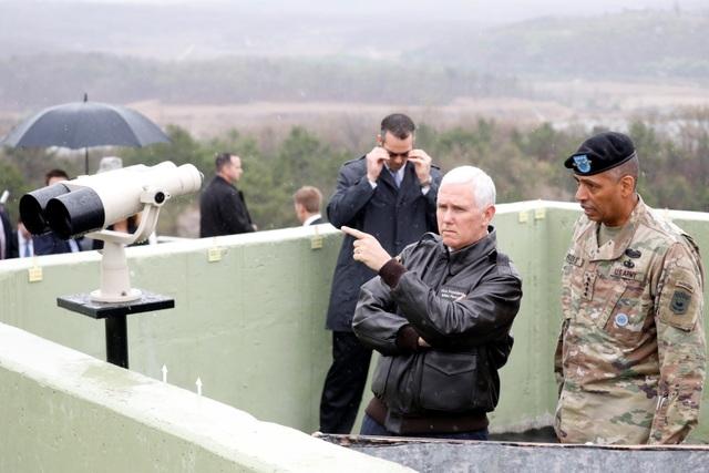 Phó Tổng thống Mike Pence quan sát Triều Tiên từ ống nhòm tại một đài quan sát bên trong khu vực phi quân sự giữa Hàn Quốc và Triều Tiên.