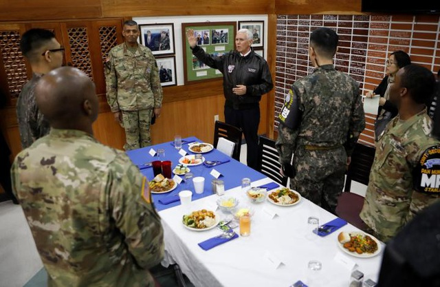 Cuộc họp giữa Phó Tổng thống Pence với các binh lính Mỹ và Hàn Quốc tại Camp Bonifas.