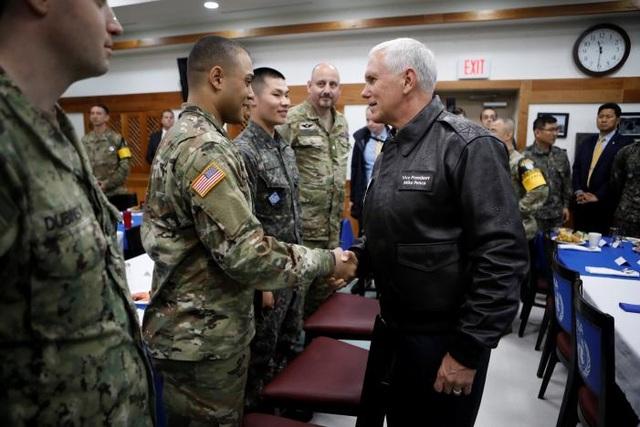 Phó Tổng thống Pence trò chuyện với các binh lính Mỹ và Hàn Quốc tại căn cứ Camp Bonifas gần làng đình chiến Panmunjom.