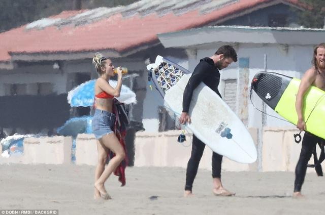 Miley Cyrus khoe dáng gợi cảm bên bạn trai Liam Hemsworth - 12