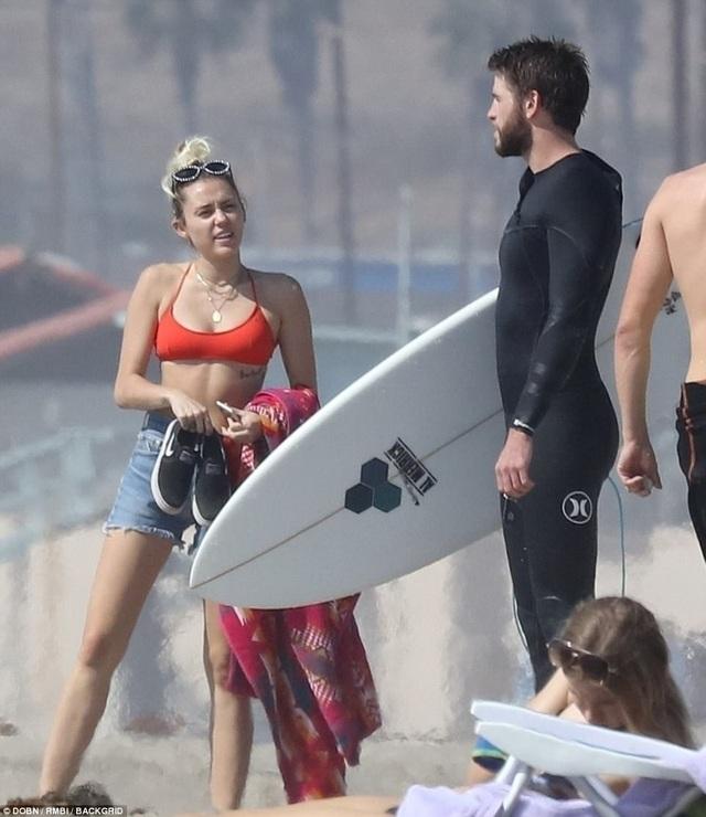 Cặp tình nhân trẻ của Hollywood nhanh chóng thu hút sự chú ý của truyền thông cũng như người hâm mộ có mặt trên bãi biển.