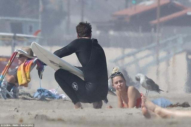 Miley Cyrus khoe dáng gợi cảm bên bạn trai Liam Hemsworth - 5