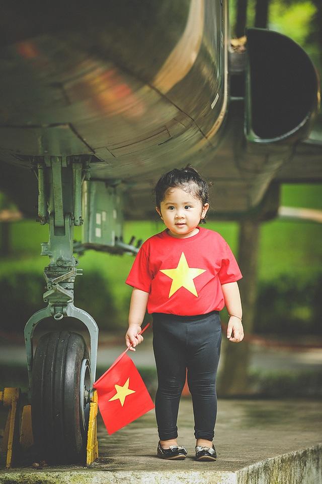 Lần đầu được nhìn thấy những chiếc máy bay ở cự li gần, cô bé háo hức đặt câu hỏi cho mẹ.