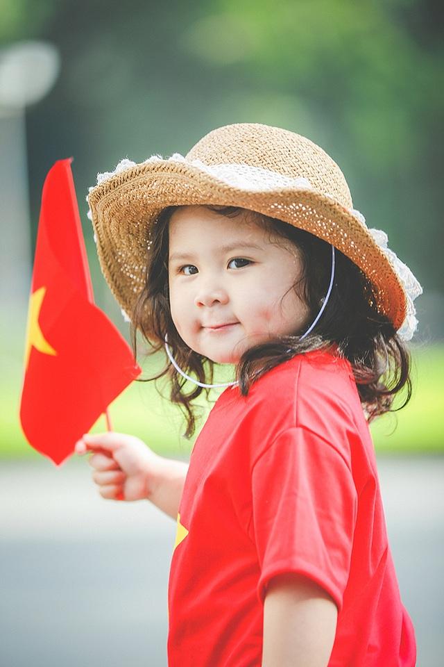 Cha mẹ mong muốn truyền cho Mimi niềm ham thích học lịch sử và niềm tự hào dân tộc.